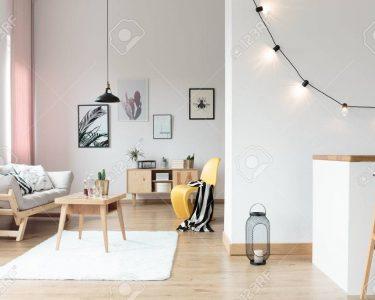 Wohnzimmer Beleuchtung Wohnzimmer Beleuchtung Im Hellen Wohnzimmer Mit Gestreiften Auf Gelben Stehlampen Indirekte Teppich Hängeleuchte Lampe Bad Spiegelschrank Wandtattoo Hängelampe