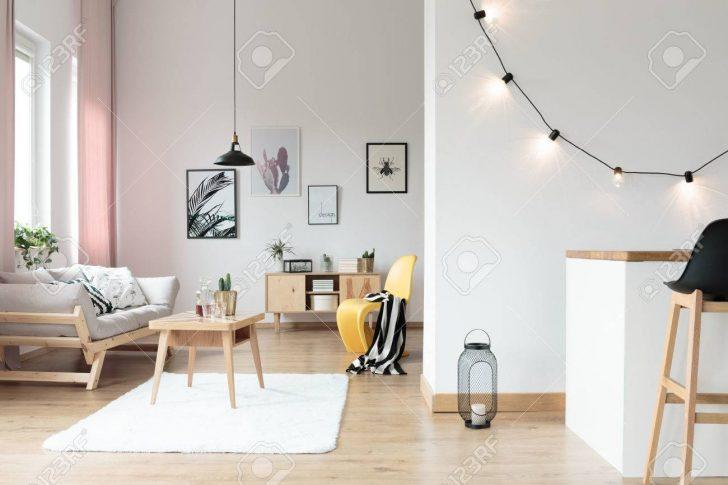 Medium Size of Beleuchtung Im Hellen Wohnzimmer Mit Gestreiften Auf Gelben Stehlampen Indirekte Teppich Hängeleuchte Lampe Bad Spiegelschrank Wandtattoo Hängelampe Wohnzimmer Wohnzimmer Beleuchtung