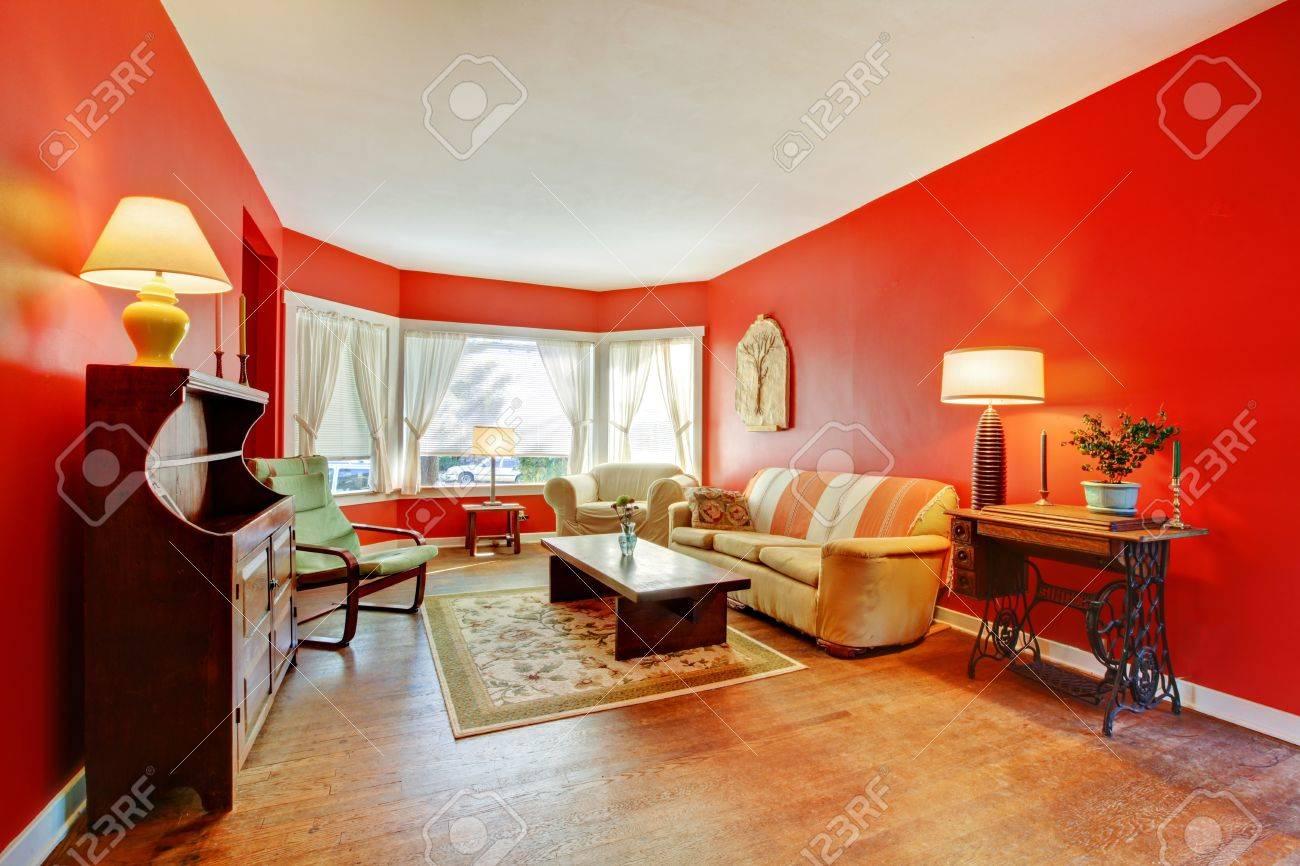 Full Size of Groe Rote Wohnzimmer Mit Parkett Und Antike Mbel Lampen Hängeleuchte Led Heizkörper Teppiche Wandtattoo Für Liege Vorhänge Wohnzimmer Lampen Wohnzimmer