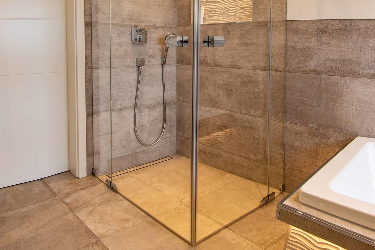 Full Size of Glastrennwand Dusche Referenz Dachgeschoss Bad Mit Smarthome Elementen Fliesen Behindertengerechte Unterputz Rainshower Bodengleiche Abfluss Antirutschmatte Dusche Glastrennwand Dusche
