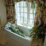 Gardinen Küchenfenster Blumen Im Waschbecken Unter Fenster Mit Floral Stockfoto Küche Für Die Wohnzimmer Scheibengardinen Schlafzimmer Wohnzimmer Gardinen Küchenfenster