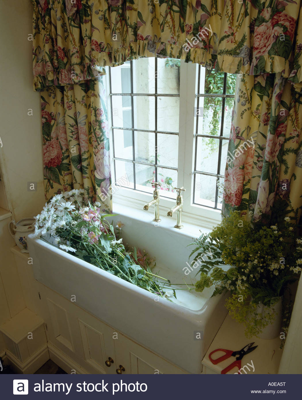 Full Size of Gardinen Küchenfenster Blumen Im Waschbecken Unter Fenster Mit Floral Stockfoto Küche Für Die Wohnzimmer Scheibengardinen Schlafzimmer Wohnzimmer Gardinen Küchenfenster