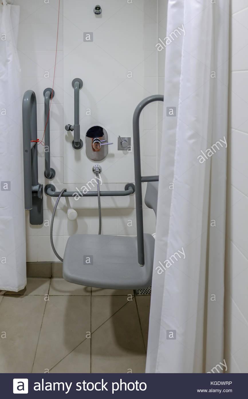 Full Size of Behindertengerechte Dusche In Der Umkleide Zeigt Handgriffe Und Glasabtrennung Abfluss Badewanne Mit Moderne Duschen Bidet Eckeinstieg Ebenerdige Kosten Dusche Behindertengerechte Dusche