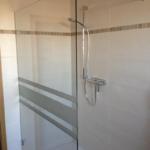 Begehbare Dusche Mit Teilsandstrahlung Glas Spiegelcenter Fliesen Antirutschmatte Mischbatterie Wand Breuer Duschen Ebenerdige Kosten Nischentür Walk In Dusche Begehbare Dusche