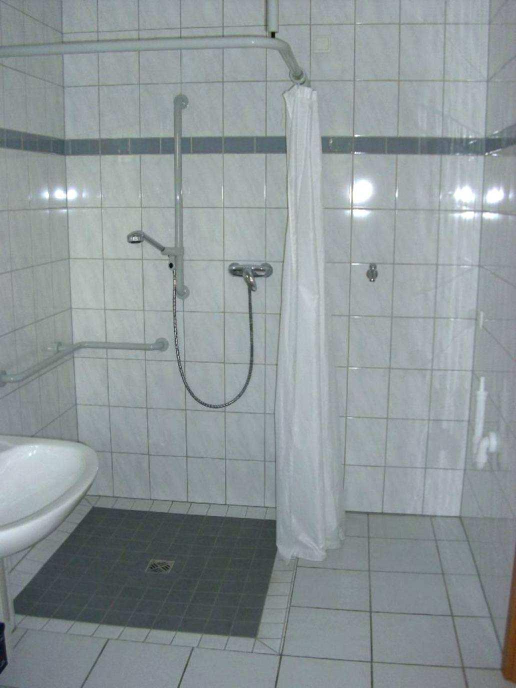 Full Size of Dusche Ebenerdig Umbauen Badezimmer Behindertengerecht Ebenerdige Kosten Pendeltür Grohe Thermostat Begehbare 90x90 Bodengleiche Glasabtrennung Fliesen Dusche Dusche Ebenerdig