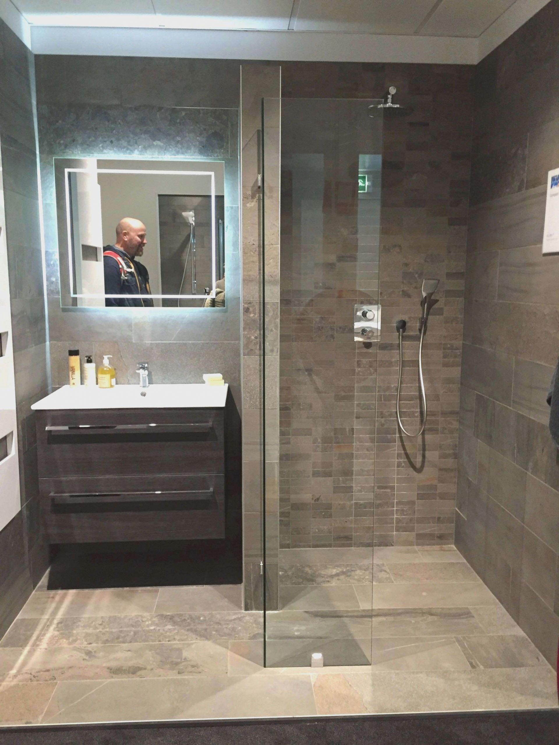 Full Size of Badewannenumbau Zur Dusche Kosten Glaswand Neue Fenster Unterputz Armatur Bodengleiche Duschen Bad Sanieren Nischentür Ebenerdige 80x80 Barrierefreie Dusche Ebenerdige Dusche Kosten