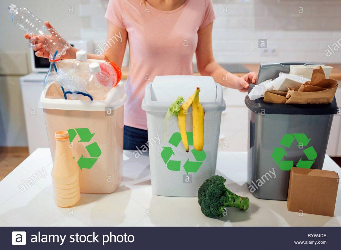 Large Size of Mülleimer Küche Mlltrennung Zu Hause Recycling Frau Plastik Flasche In Den Holzofen Jalousieschrank Stehhilfe Ikea Kosten Bartisch Vinyl Bodenbelag Holz Wohnzimmer Mülleimer Küche