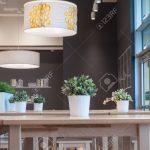 Lampen Und Knstliche Pflanzen Im Innenrestaurant Wohnzimmer Esstisch Stehlampen Duschen Bett 180x200 Bad Led Wohnzimmer Moderne Lampen