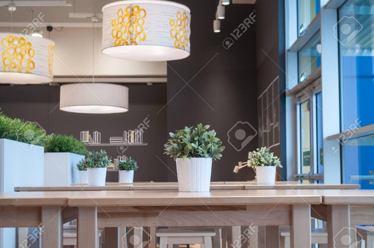 Full Size of Lampen Und Knstliche Pflanzen Im Innenrestaurant Wohnzimmer Esstisch Stehlampen Duschen Bett 180x200 Bad Led Wohnzimmer Moderne Lampen