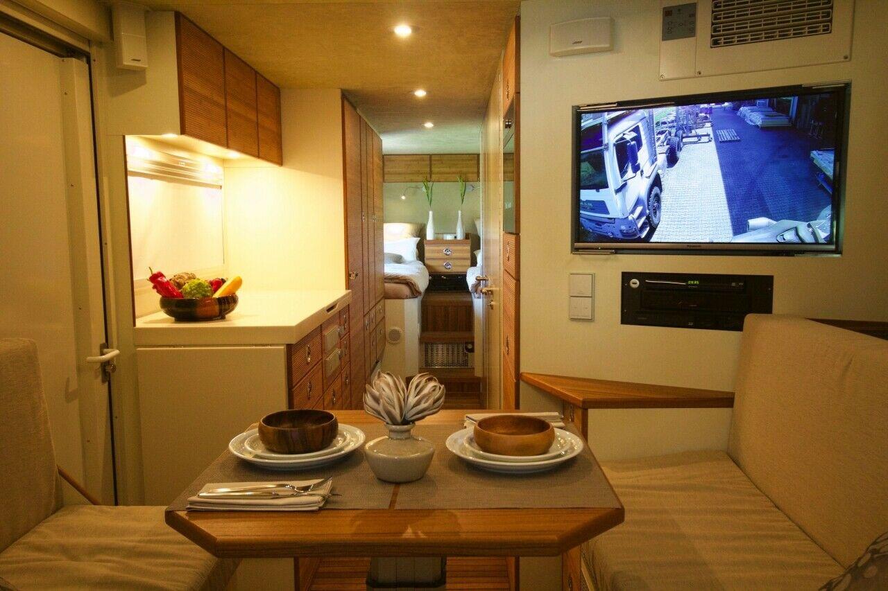 Full Size of Küchenanrichte Ein Auto Wie Appartment Blick Vom Esszimmertisch Auf Wohnzimmer Küchenanrichte