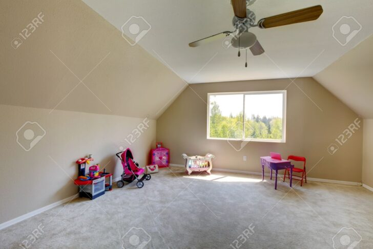 Mit Spielzeug Room Hat Und Sofa Regal Weiß Regale Kinderzimmer Teppichboden Kinderzimmer