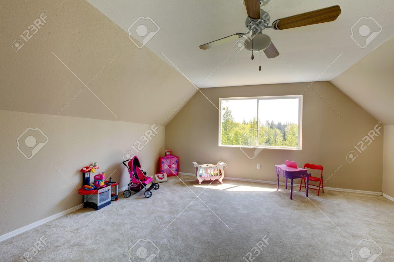 Full Size of Mit Spielzeug Room Hat Und Sofa Regal Weiß Regale Kinderzimmer Teppichboden Kinderzimmer
