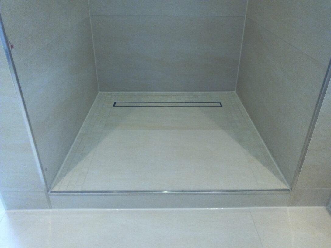 Large Size of Dusche Ebenerdig Badezimmer Sanieren Unterputz Armatur Begehbare Ohne Tür Bodengleiche Fliesen Abfluss Antirutschmatte Nischentür Kaufen Badewanne Mit Und Dusche Dusche Ebenerdig
