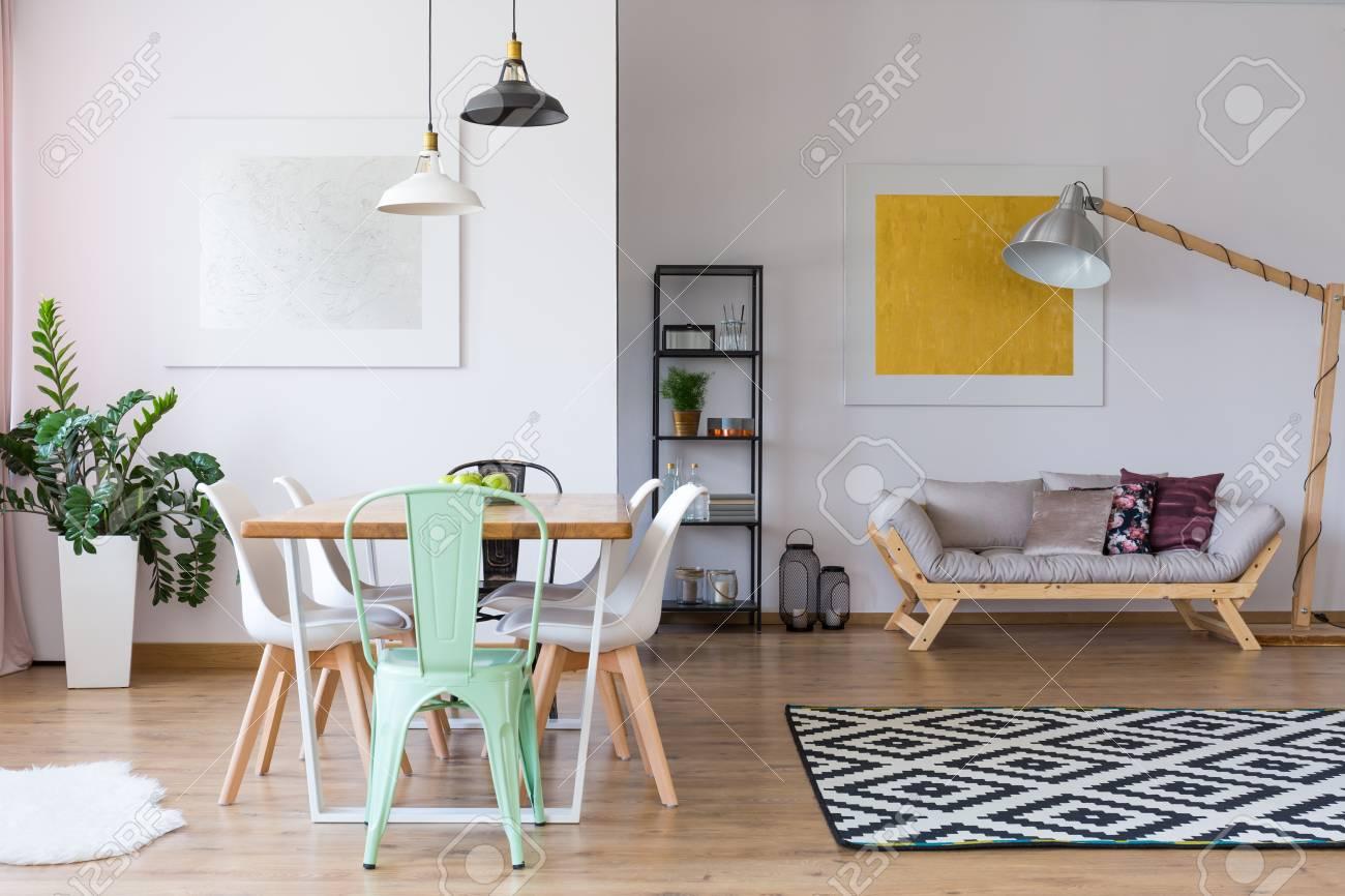 Full Size of Esstisch Teppich Mint Stuhl Am In Gerumigen Raum Mit Pflanze Esstische Ausziehbar Weißer Oval Weiß Sofa Für Akazie Stühle 160 4 Stühlen Günstig Rund Esstische Esstisch Teppich