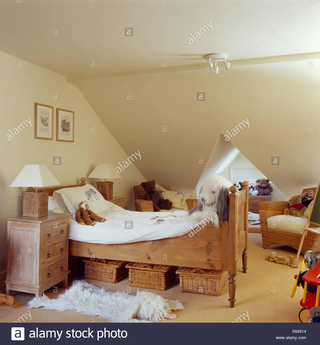 Full Size of Aufbewahrung Krbe Unter Kleinen Kiefer Bett Im Kinderzimmer Creme Regal Weiß Regale Sofa Kinderzimmer Nachttisch Kinderzimmer