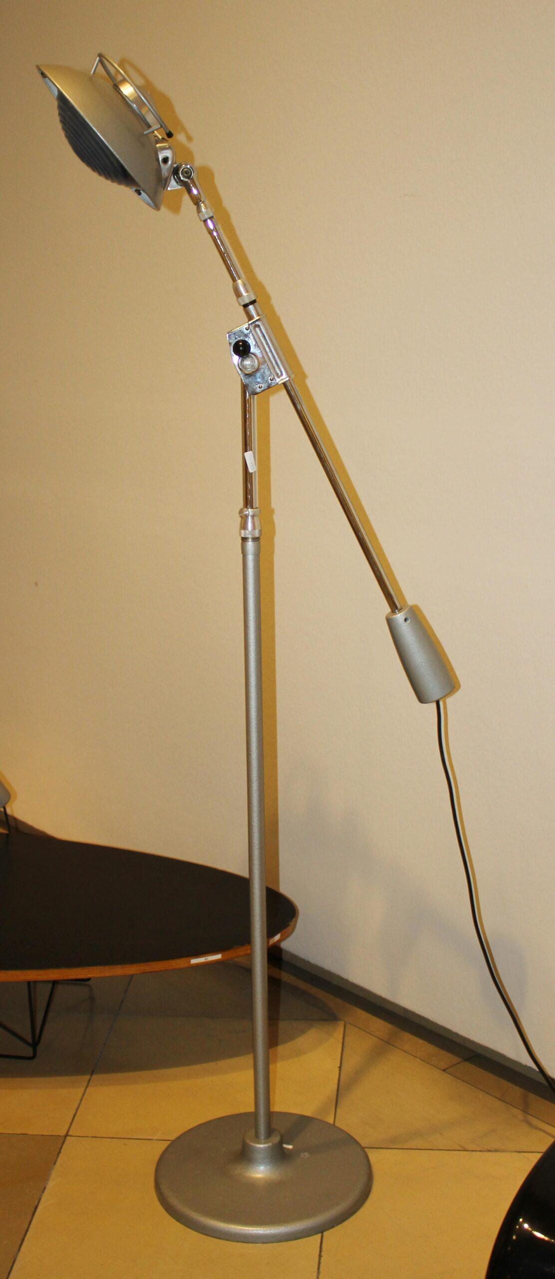 Full Size of Stehlampe Modern Stehleuchte Im Industriedesign Stehlampen Wohnzimmer Moderne Deckenleuchte Küche Weiss Tapete Modernes Bett 180x200 Schlafzimmer Sofa Bilder Wohnzimmer Stehlampe Modern