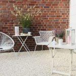 Unsere Garten Lounge Einfach Angelegte Kies Terrasse Chill Out Loungemöbel Holz Rattan Sofa Paravent Beistelltisch Spielgeräte Kletterturm Schaukelstuhl Wohnzimmer Loungeecke Garten