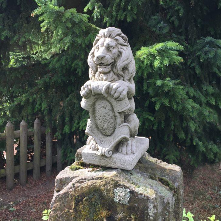 Medium Size of Lwe Mit Wappen Figur Mauerpfeiler Skulpturen Garten Figuren Schaukelstuhl Kräutergarten Küche Teppich Für Vertikaler Wohnen Und Abo Spielhäuser Wohnzimmer Skulpturen Für Den Garten