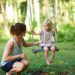 Gartenschaukel Erwachsene Wohnzimmer Mitte Erwachsene Mutter Und Kleinkind Tochter Spielen Auf