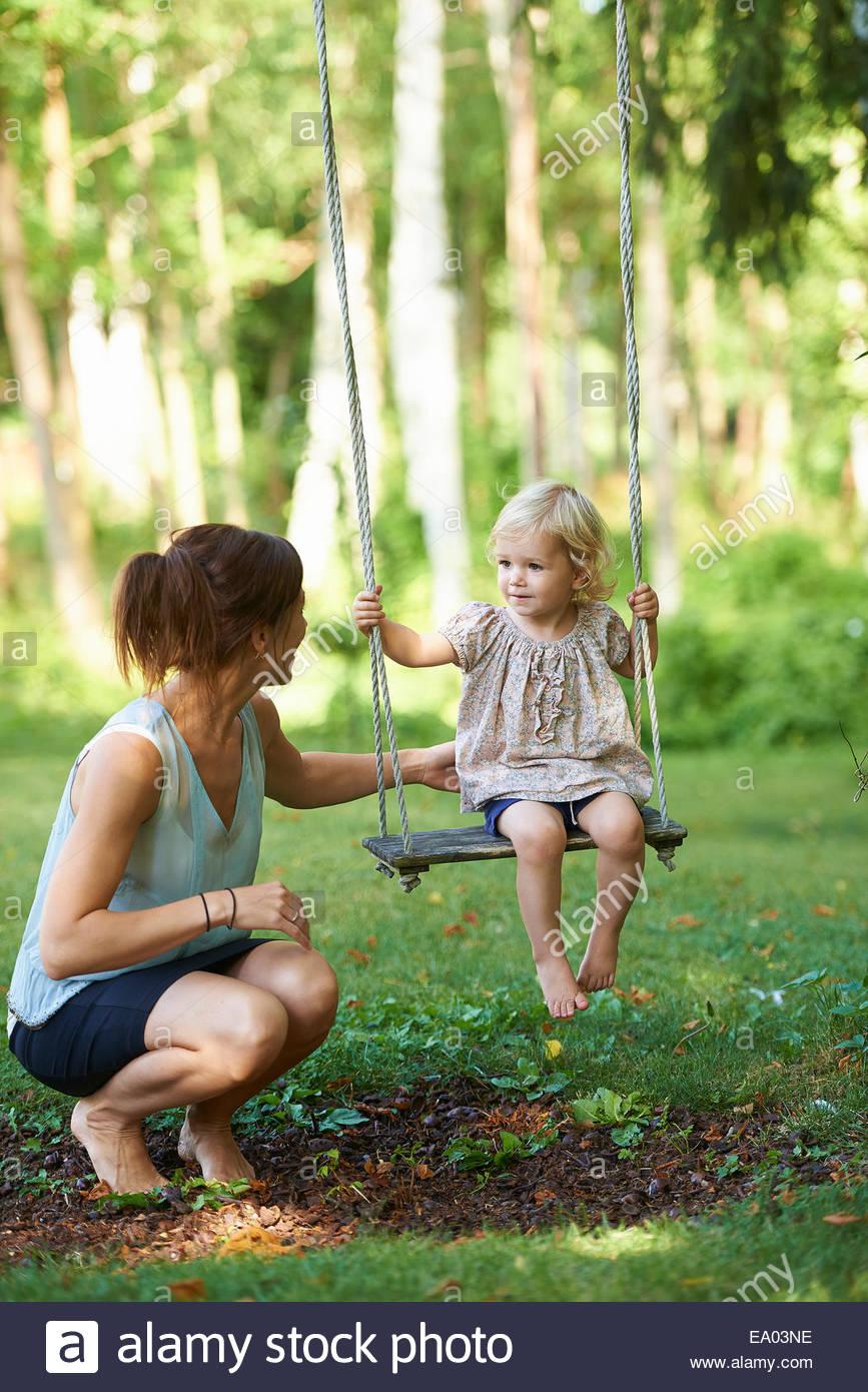 Full Size of Mitte Erwachsene Mutter Und Kleinkind Tochter Spielen Auf Wohnzimmer Gartenschaukel Erwachsene