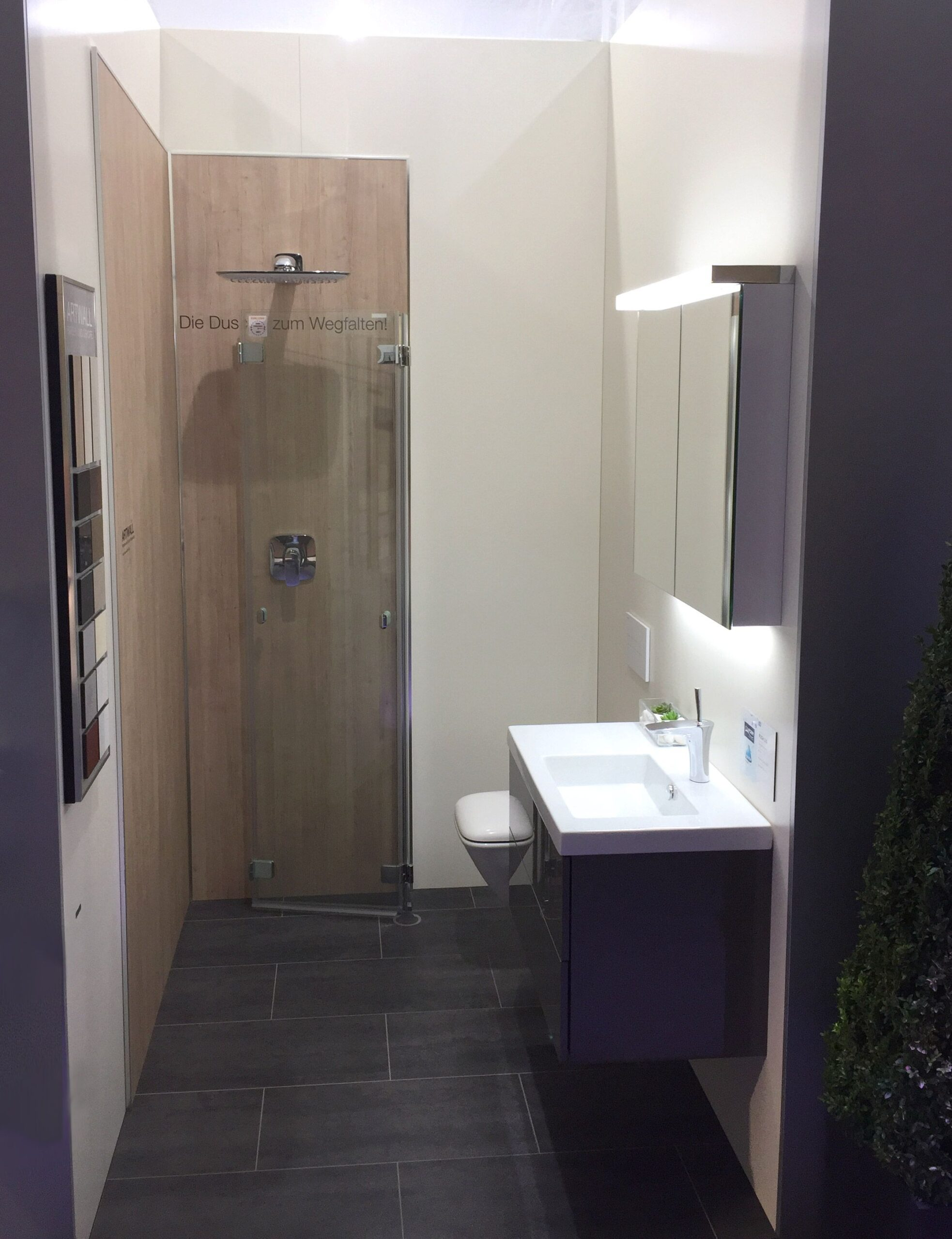 Full Size of In Diesem Minibad Findet Waschbecken Bodenebene Dusche Wandbelag Küche Wandbilder Schlafzimmer Walk 80x80 Haltegriff Begehbare Ohne Tür Bett Wand Pendeltür Dusche Dusche Wand