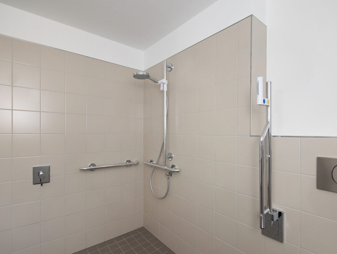 Large Size of Behindertengerechte Dusche Barrierefreie Pflegede Ebenerdig Bodengleiche Fliesen Begehbare Ohne Tür Badewanne Mit Und Ebenerdige Mischbatterie Duschen Grohe Dusche Bodenebene Dusche