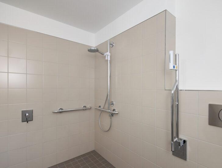 Medium Size of Behindertengerechte Dusche Barrierefreie Pflegede Ebenerdig Bodengleiche Fliesen Begehbare Ohne Tür Badewanne Mit Und Ebenerdige Mischbatterie Duschen Grohe Dusche Bodenebene Dusche
