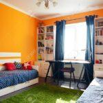 Bücherregal In Orange Und Blauen Farben Mit Zwei Betten Regal Sofa Weiß Regale Kinderzimmer Kinderzimmer Bücherregal