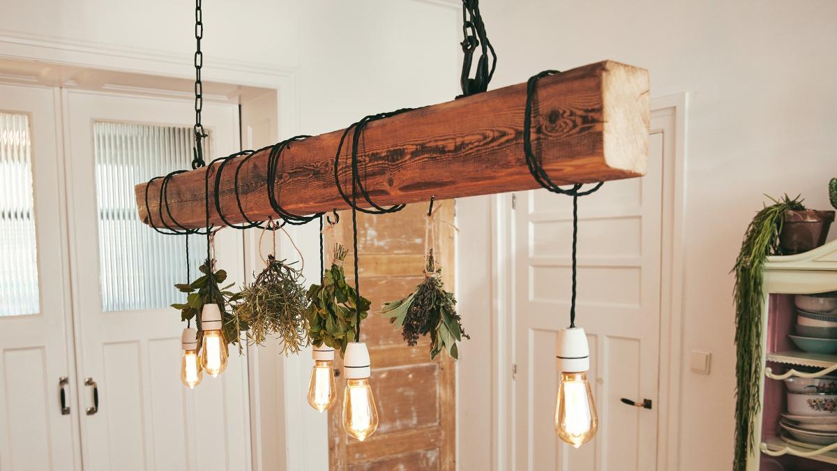 Full Size of Holzlampe Decke Deckenlampe Zum Selber Bauen Dieser Holzbalken Sorgt Fr Licht Deckenleuchten Schlafzimmer Im Bad Led Deckenleuchte Tagesdecke Bett Wohnzimmer Wohnzimmer Holzlampe Decke