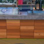 Aussenkueche Grill Beton Holz Outdoor Living Betonboden Gussboden Wasserhähne Küche Landhausküche Grau Vinylboden Eiche Kräutergarten Waschbecken Sitzecke Wohnzimmer Outdoor Küche Beton