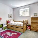 Teppichboden Kinderzimmer Kinderzimmer Gemtliche Mit Rustikalen Bett Und Frhlich Sofa Regale Regal Weiß