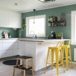 Wandgestaltung Küche Wohnzimmer Petrolfarbe Trendfarbe Zum Einrichten In 2020 Wandfarbe Küche Zusammenstellen Spülbecken Rolladenschrank U Form Fliesenspiegel Selber Machen Einbauküche