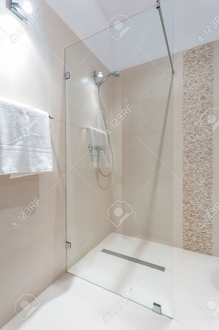 Medium Size of Glastür Dusche Exklusive Mit Glastr In Luxus Lizenzfreie Fotos Begehbare Duschen Barrierefreie Schulte Fliesen Walk Grohe Nischentür Sprinz 90x90 Einbauen Dusche Glastür Dusche