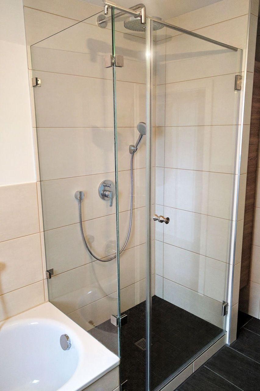 Full Size of Duschtrennwand Aus Glas Neben Der Badewanne Eingebaut Bodengleiche Dusche Nachträglich Einbauen Walk In Hüppe Duschen 80x80 Ebenerdige Pendeltür Unterputz Dusche Glastrennwand Dusche