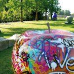 Skulpturen Für Den Garten 400 Kilo Schwerer Bronzeapfel Einzigartige Ausstellung Gartenüberdachung Mein Schöner Abo Bodenfliesen Küche Und Landschaftsbau Wohnzimmer Skulpturen Für Den Garten