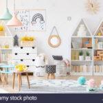 Kinderzimmer Einrichtung Kinderzimmer Zwei Einfache Plakate Hngen An Weie Wand Im Kinderzimmer Regal Weiß Regale Sofa