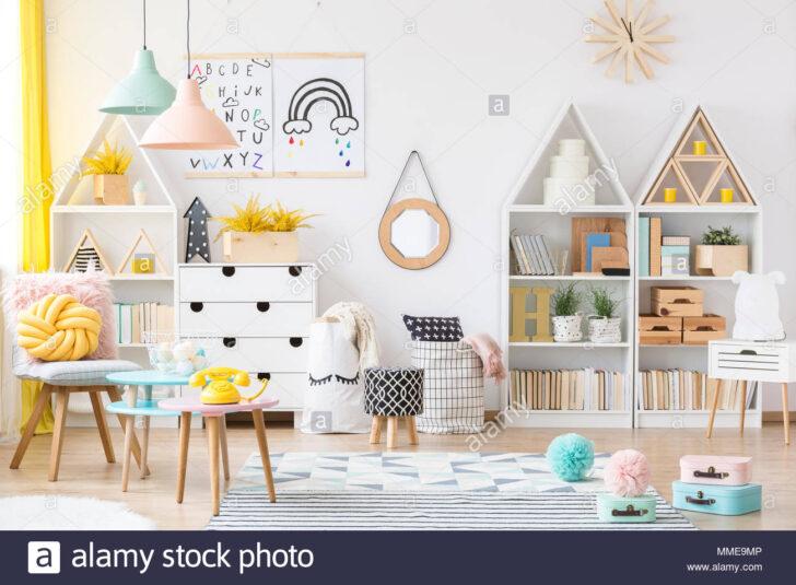 Medium Size of Zwei Einfache Plakate Hngen An Weie Wand Im Kinderzimmer Regal Weiß Regale Sofa Kinderzimmer Kinderzimmer Einrichtung