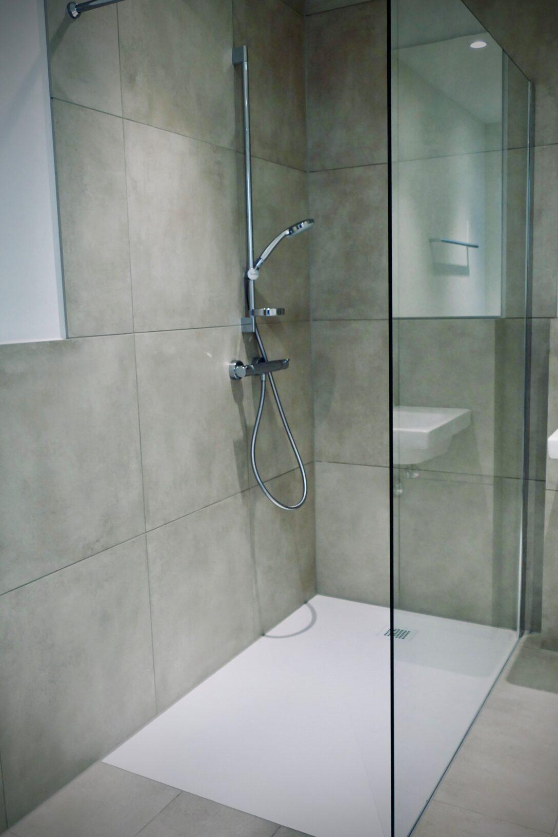 Large Size of Ebenerdige Dusche Mit Groer Glastrennwand Und Groen Grauen 90x90 Badewanne Bodengleiche Nachträglich Einbauen Glastür Mischbatterie Begehbare Fliesen Dusche Ebenerdige Dusche