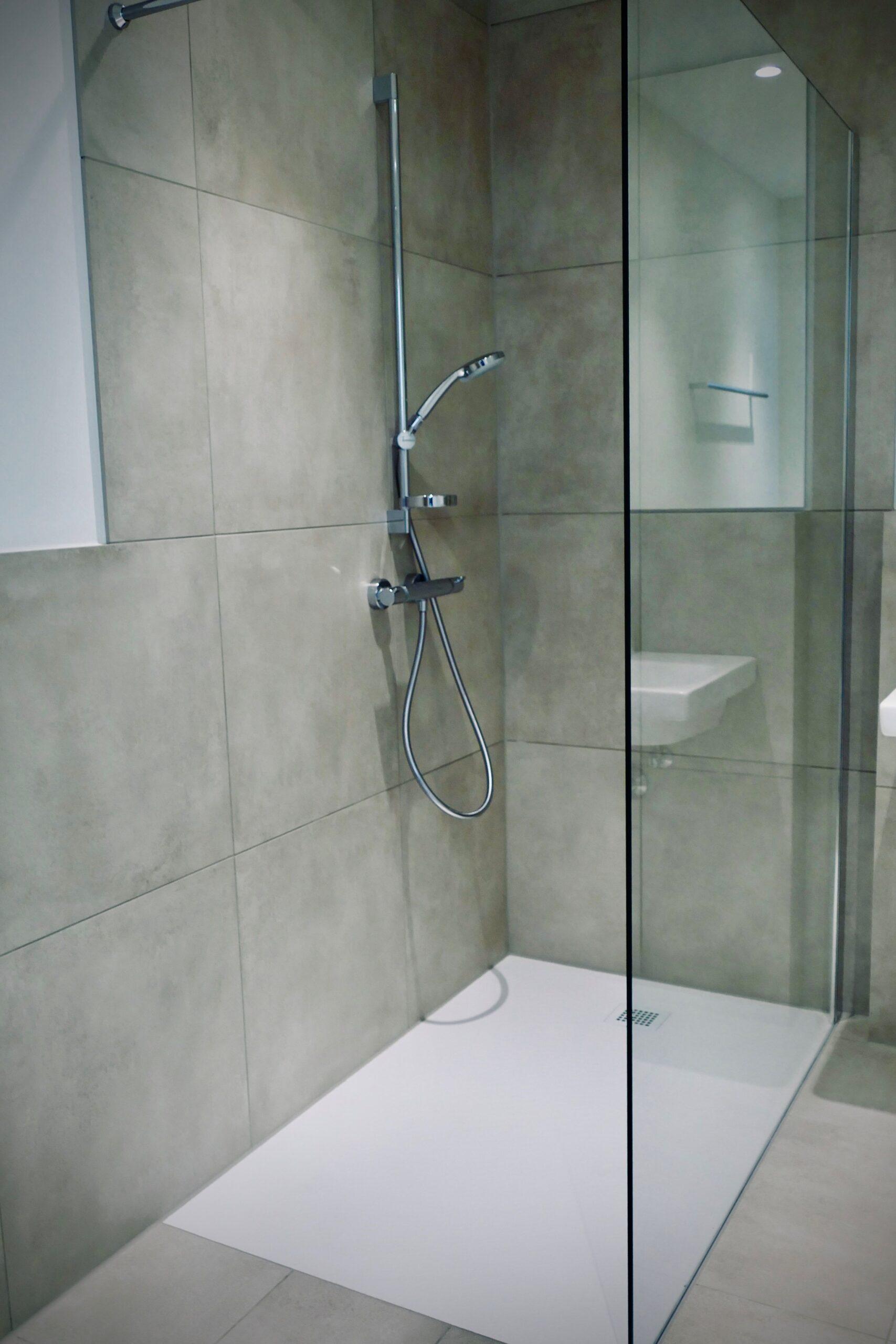 Full Size of Ebenerdige Dusche Mit Groer Glastrennwand Und Groen Grauen 90x90 Badewanne Bodengleiche Nachträglich Einbauen Glastür Mischbatterie Begehbare Fliesen Dusche Ebenerdige Dusche