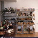 Aufbewahrung Krbe Und Reihen Von Flaschen Auf Edelstahl Regale In Industrie Küche Handtuchhalter Deckenlampe Granitplatten Wasserhähne Miniküche Mit Wohnzimmer Aufbewahrung Küche