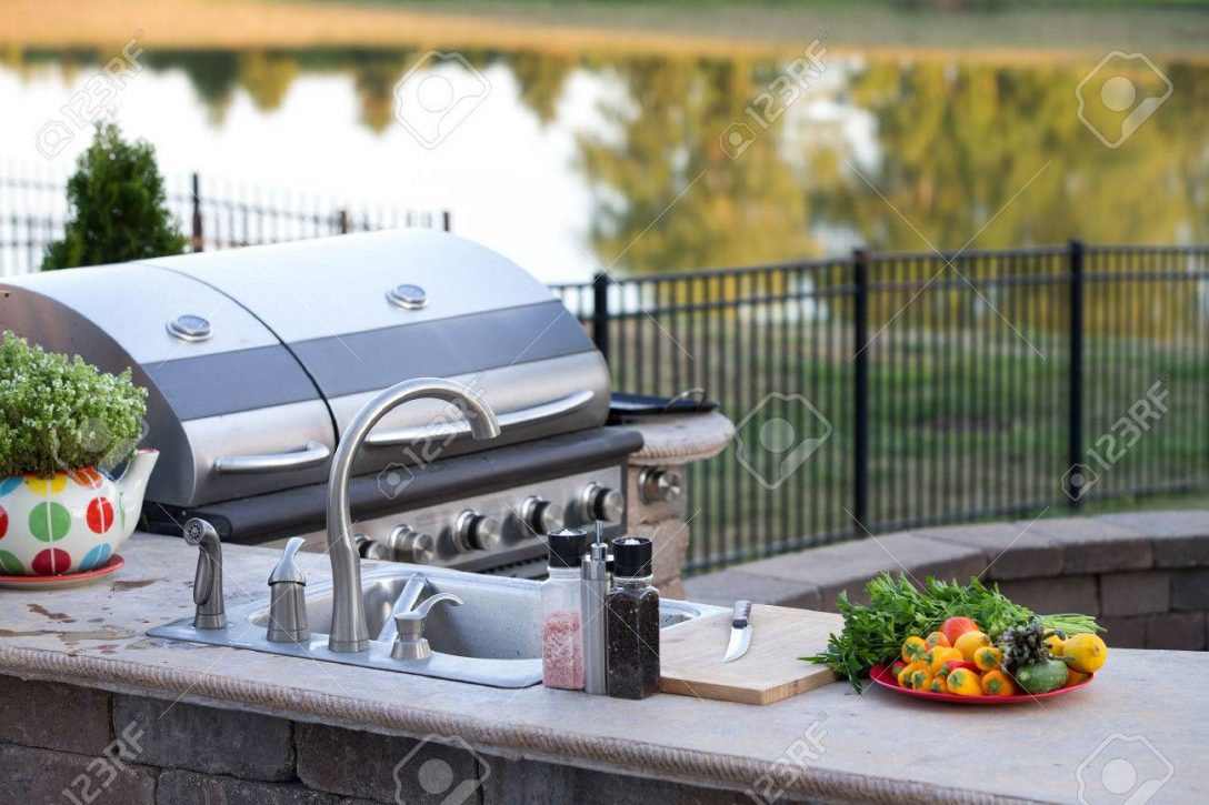 Large Size of Outdoor Waschbecken Vorbereiten Einer Mahlzeit Sommer In Einem Kche Keramik Küche Bad Kaufen Wohnzimmer Outdoor Waschbecken