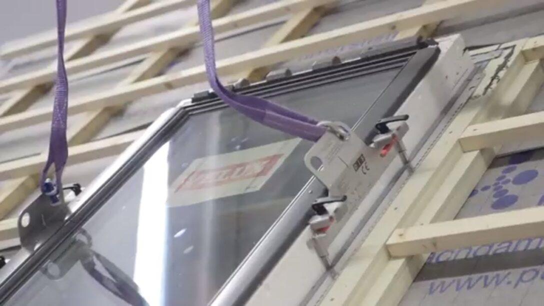 Large Size of Dachfenster Einbauen Einfach Machen Mit Der Hebevorrichtung Fr Bodengleiche Dusche Nachträglich Fenster Rolladen Velux Kosten Neue Wohnzimmer Dachfenster Einbauen