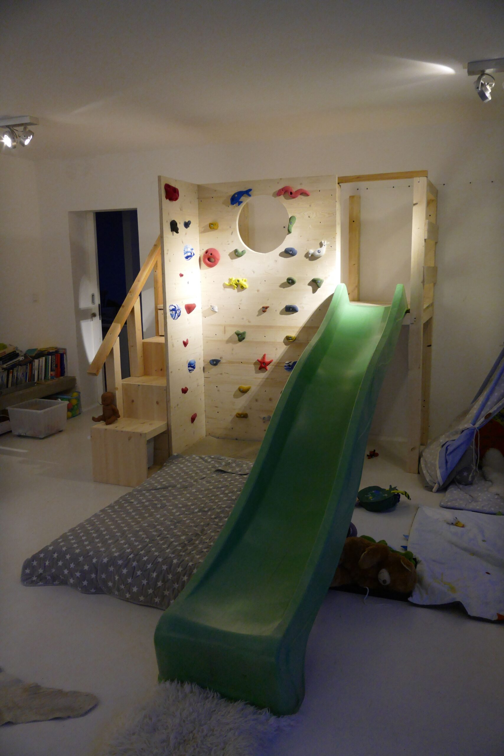 Full Size of Klettergerüst Indoor Diy Ikea Trofast Regal Mit Einer Kletterwand Und Rutsche Verbunden Garten Wohnzimmer Klettergerüst Indoor Diy