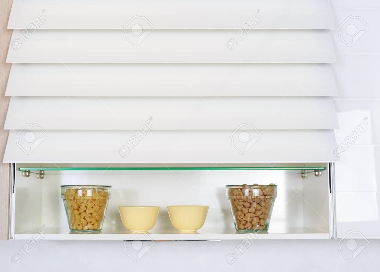 Full Size of Regal Küche Arbeitsplatte Lebensmittelzutaten Auf Einem Kche Fnp Regale Günstig Rosa Led Rustikal 60 Cm Tief Raumteiler Wasserhahn Für Mobile Paletten Wohnzimmer Regal Küche Arbeitsplatte