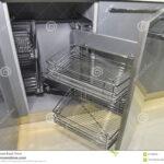 Eckschrank In Einer Kche Mit Regalen Stockbild Bild Von Einbauküche Elektrogeräten Barhocker Küche Mobile Apothekerschrank Müllsystem Vorhänge Wohnzimmer Eckschränke Küche
