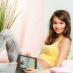Teenager Mädchen Bett Wohnzimmer Teenager Mädchen Bett Mdchen Sitzen Im Tablet Pc Und Anschauen Von Fotos Antik Konfigurieren Sofa Mit Bettfunktion Möbel Boss Betten Bettkasten Landhaus Baza