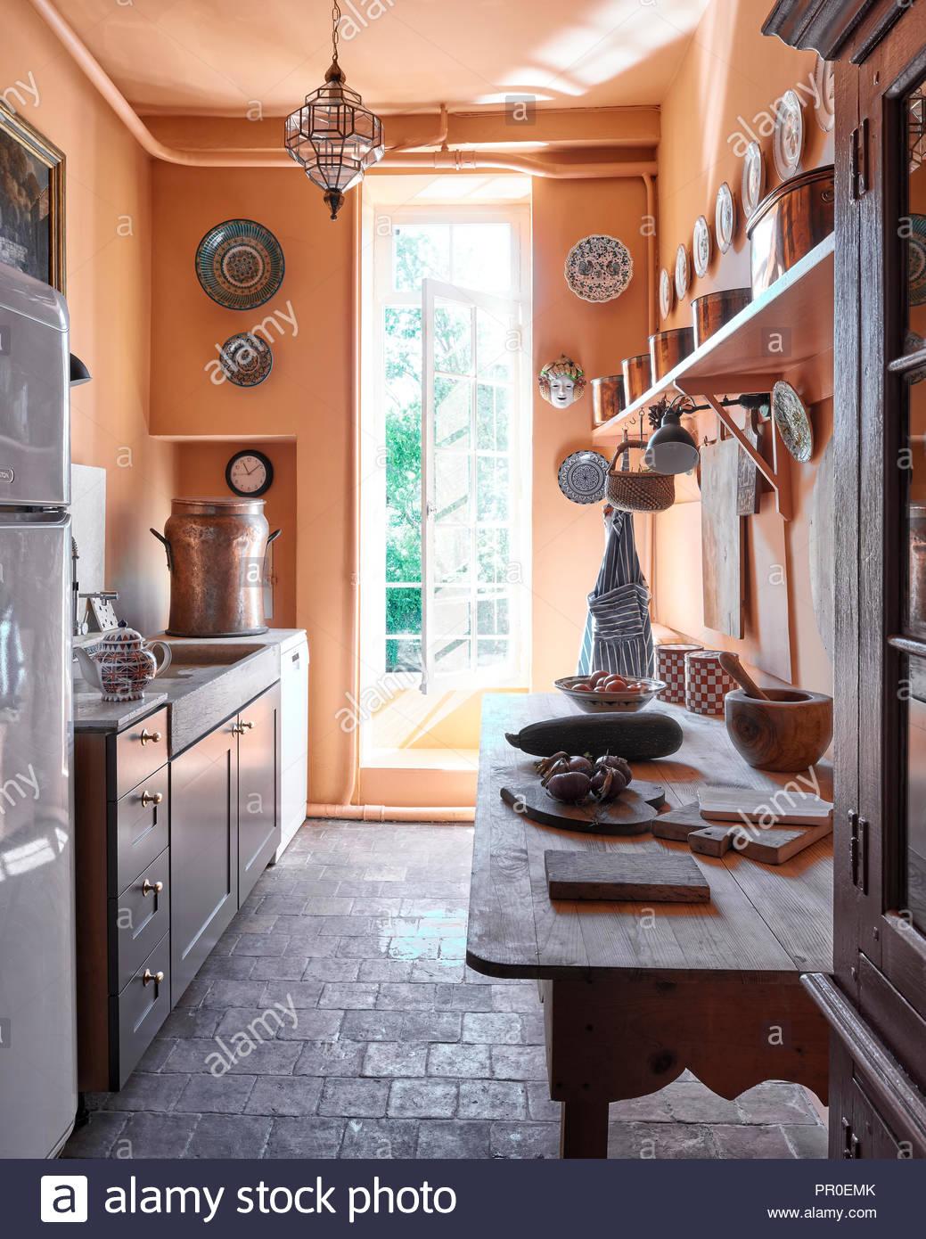 Full Size of Küchen Rustikal Einfache Rustikale Bauernhaus Kche Stockfoto Rustikales Bett Esstisch Holz Regal Küche Rustikaler Wohnzimmer Küchen Rustikal
