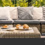 Couch Terrasse Wohnzimmer Couch Terrasse Kissen Auf Sofa Und Rattantisch Garten Sommer