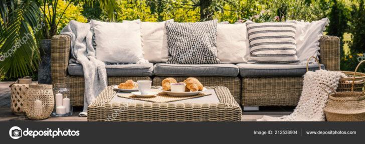 Medium Size of Couch Terrasse Kissen Auf Sofa Und Rattantisch Garten Sommer Wohnzimmer Couch Terrasse