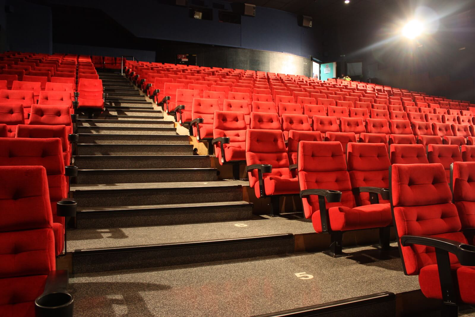 Full Size of Kino Mit Betten Metropol Studium In Innsbruck Singleküche E Geräten Küche Kochinsel Bett 200x200 Bettkasten Pantryküche Kühlschrank Massiv 2 Sitzer Sofa Wohnzimmer Kino Mit Betten